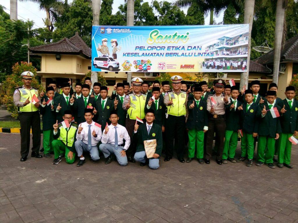 Para Santri SMP & SMA BIMA Ponpes Baron Ikut Serta Dalam Upacara Hari Kesadaran Nasional di Satlantas Polres Nganjuk