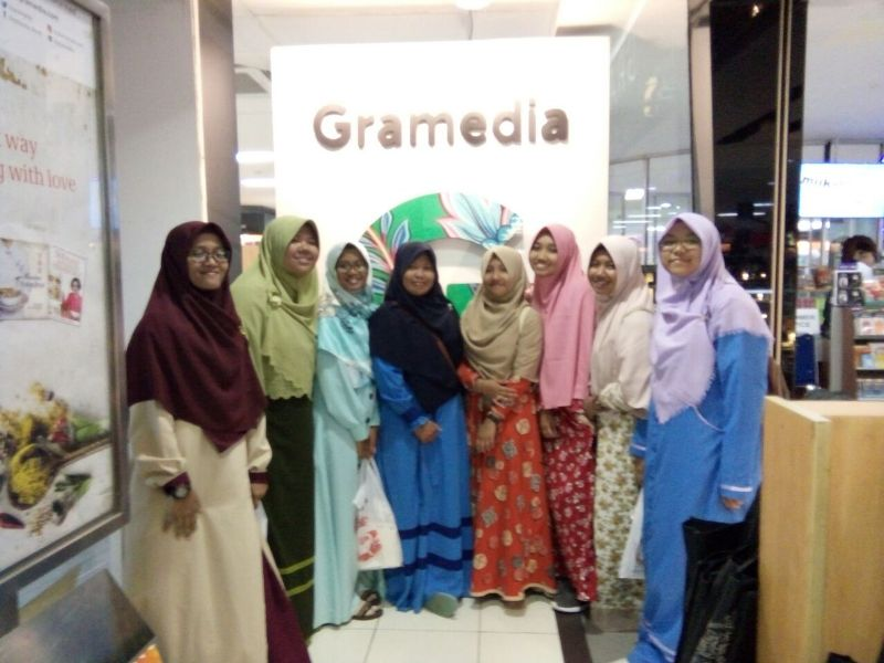 Para Santri Putri MDI Rihlah ke Gramedia Kediri