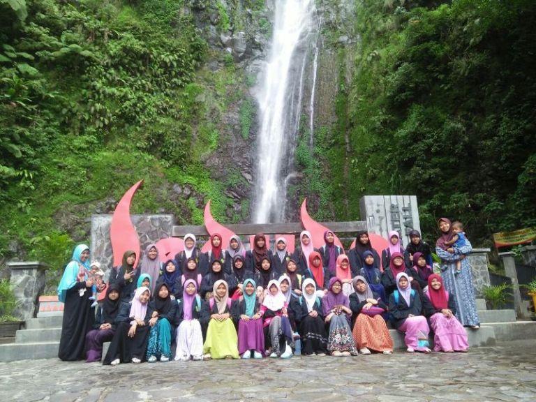 Para Santri Putri Villa Qur'an Melakukan Rihlah ke Air Terjun Sedudo (27-02-2018)