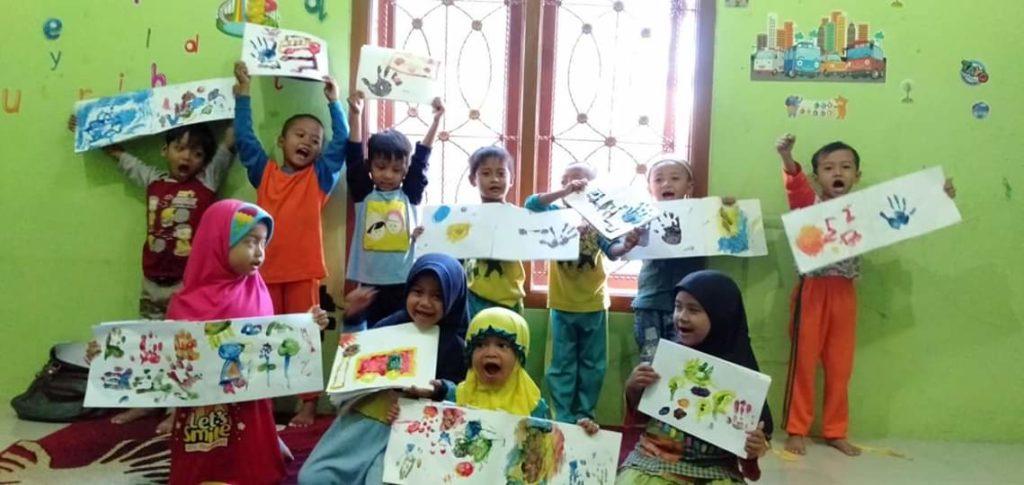 Kreatifitas Siswa Siswi PG TK Villa Qur'an Dalam Menggambar Menggunkan Cat Warna