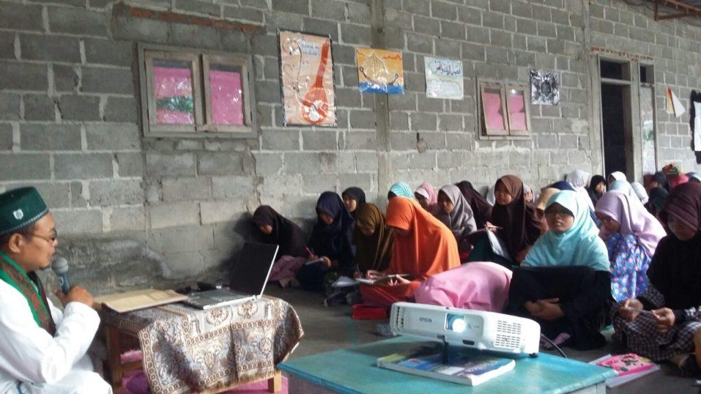 Kajian Tafsir Jalalain Para Santri Putri Reguler Yang Disampaikan Oleh Kyai Abdul Karim. W