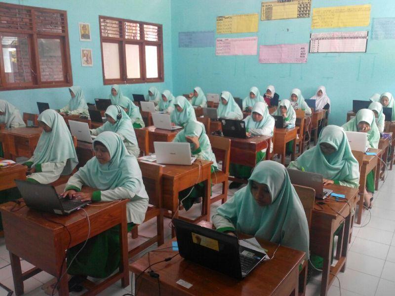 Simulasi UNBK Santri Putri SMA Kelas 12 Bina Insan Mandiri
